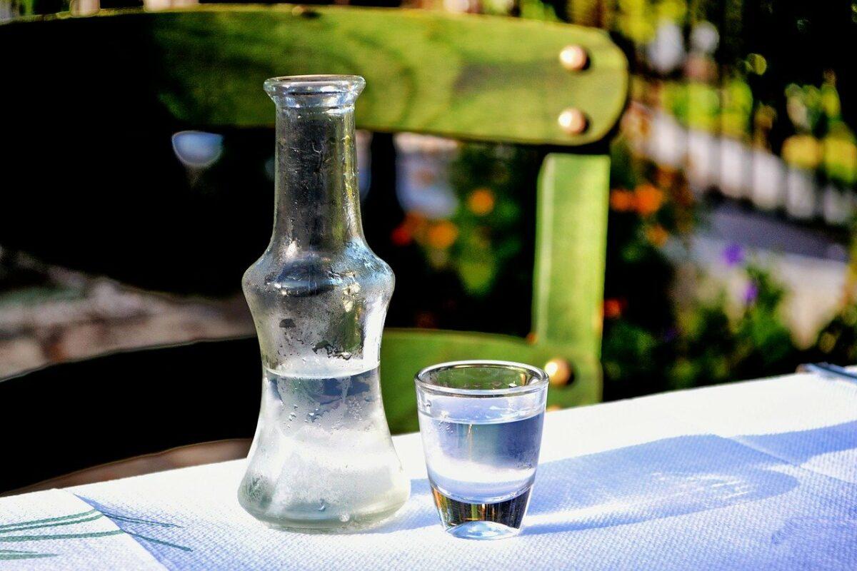 Ouzo Flasche und Glas